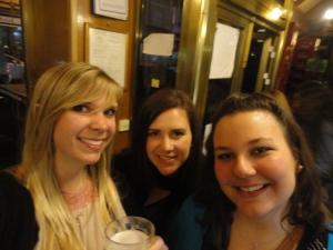 Pre-concert drinks with mis amigas guapas.
