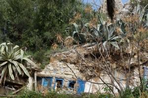 A house literally built into a mountain!  QUE GUAY!