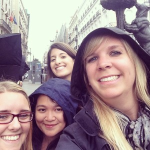 Hanging out with da bear in Puerta del Sol with some awesome chic as.